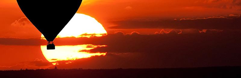 Montgolfière dans le coucher de soleil